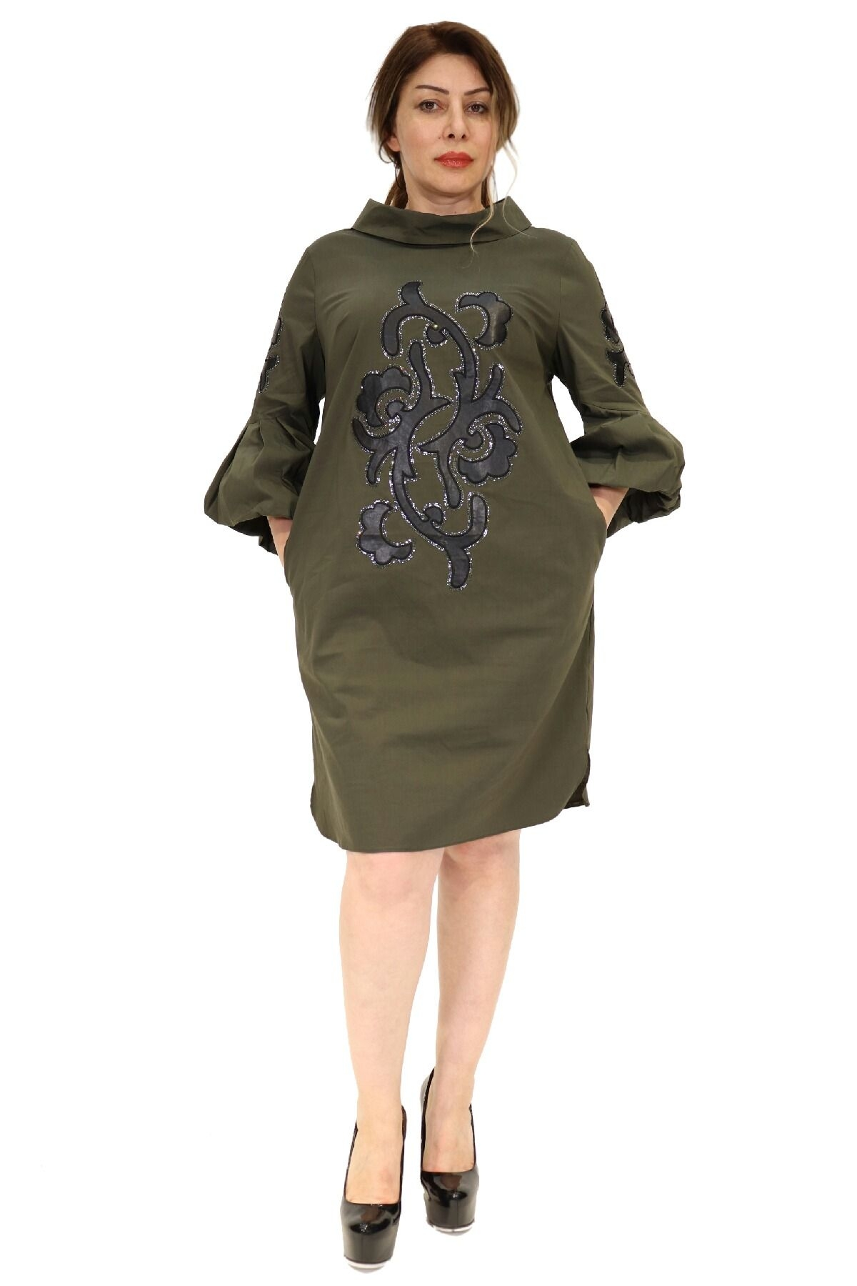 Elegant party dress with three-quarter balloon sleeves and pockets,on the front and sleeves printed ornamen with stones