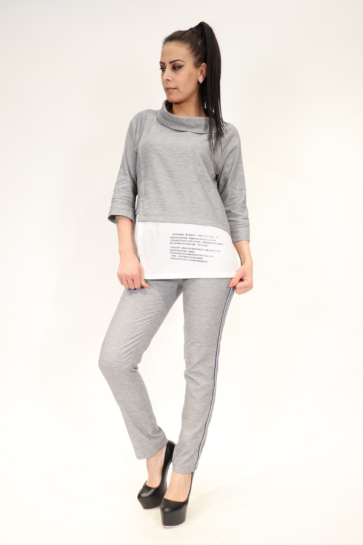Two piece suit with trousers with wide-cut sleeves, scoop neck and front details